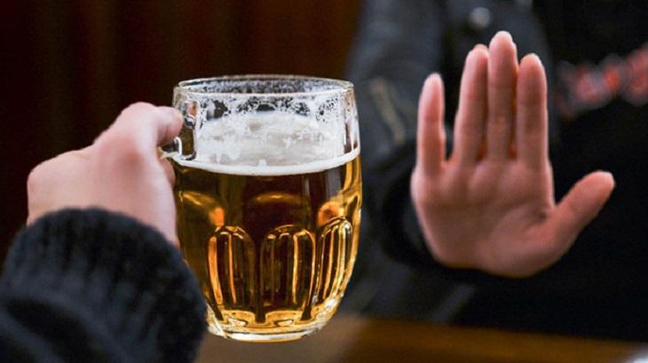 Hạn chế dùng rượu bia khi đang bị đau họng