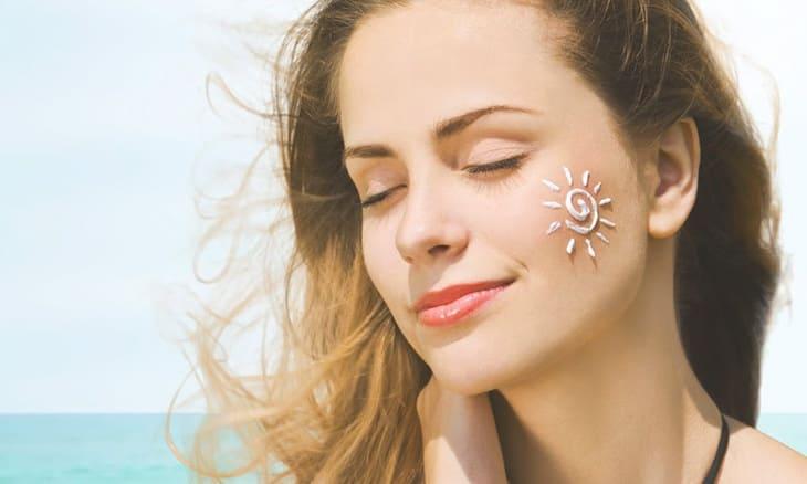 Bôi kem chống nắng là bước không thể thiếu trong quy trình skincare