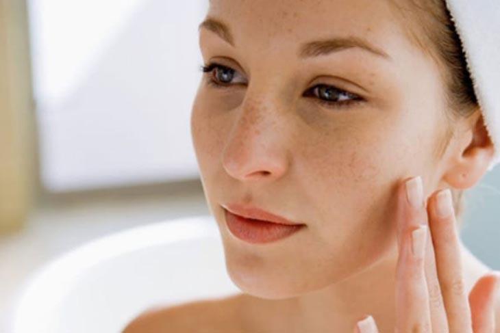 Cách trị tàn nhang bằng lá trầu không cần kết hợp với chăm sóc da hàng ngày