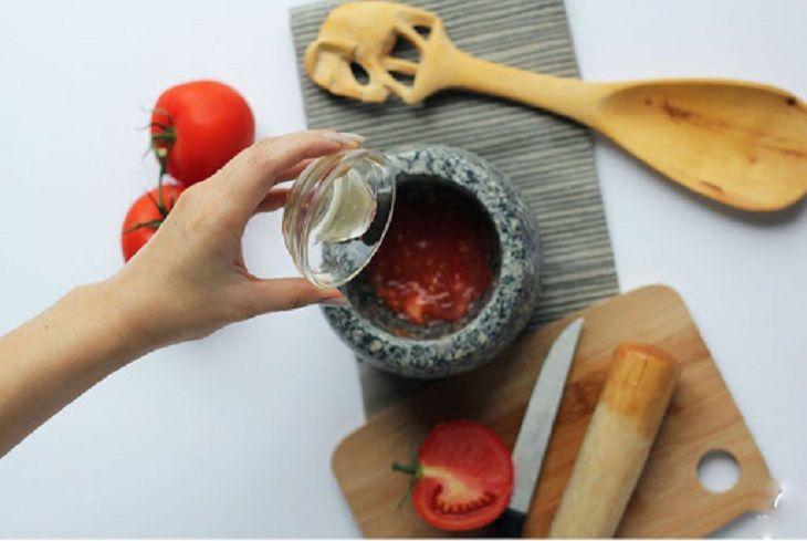 Kết hợp cà chua với mật ong để trị tàn nhang