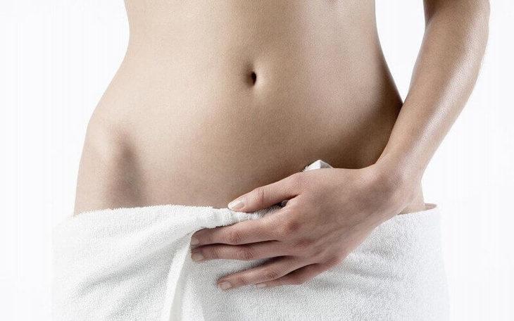 Đắp khăn ấm lên vùng da bị mụn để giảm ngứa và sưng đau