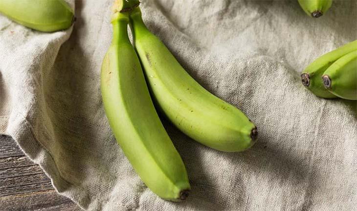 Trong nhựa của chuối xanh có chứa thành phần chống oxy hóa, kháng nấm, rất có ích trọng việc trị hắc lào ở chân tại nhà