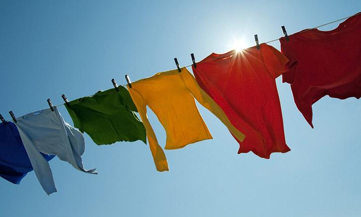 Sau khi giặt, hãy phơi quần áo dưới nắng để diệt nấm và vi khuẩn gây bệnh