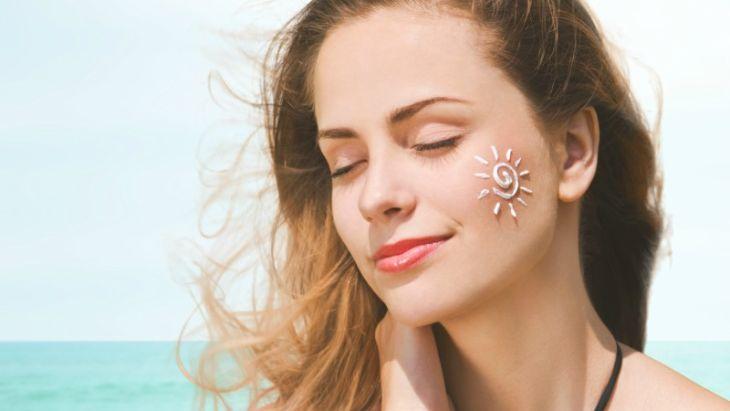 Sử dụng kem trị mụn vẫn cần phải bảo vệ da bằng các dòng kem chống nắng.