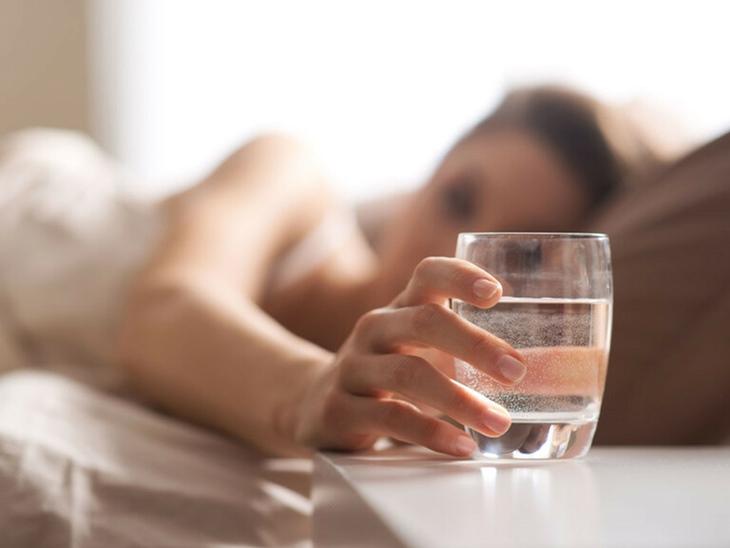 Chị em nên uống một cốc nước ấm sau khi quan hệ
