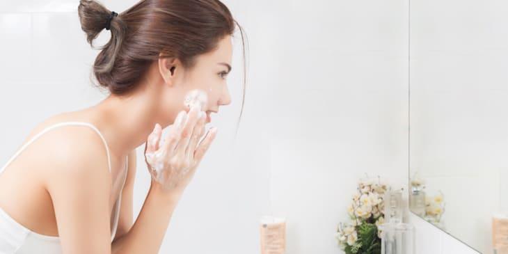 Rửa mặt thật sạch để cuốn trôi bụi bẩn và bã nhờn trên da