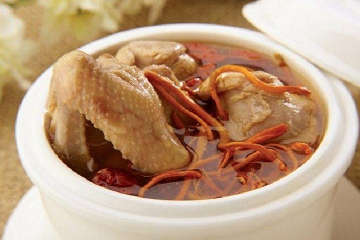 Đông trùng hạ thảo hầm gà là món ăn bổ dưỡng với trẻ