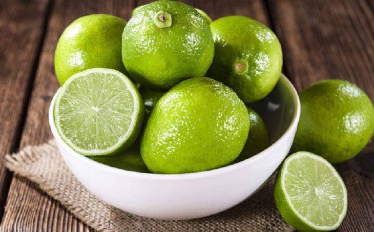 Chanh là một trong những thực phẩm giảm cân tự nhiên mà người bệnh nên cân nhắc bổ sung