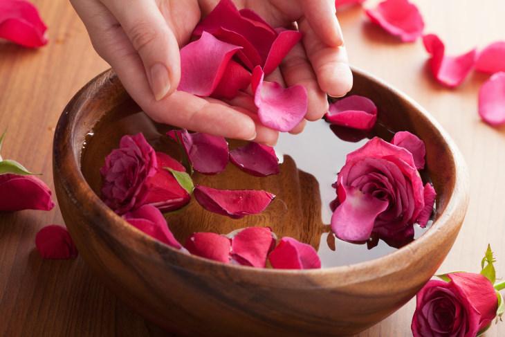 Cánh hoa hồng giúp bạn lấy lại làn da mềm mại