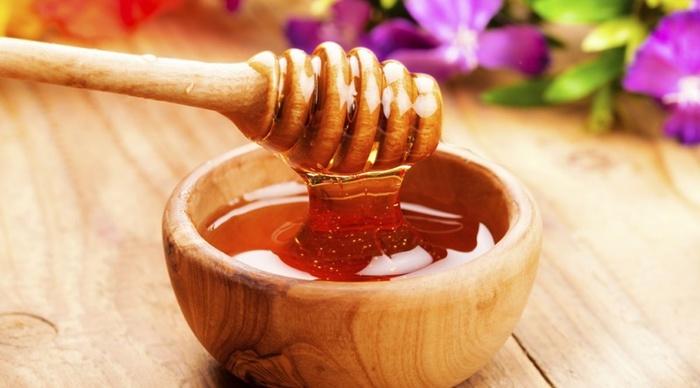 Sử dụng mật ong bôi lên vùng sẹo lồi hàng ngày