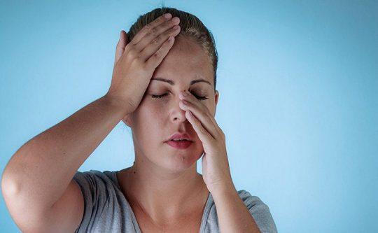 Người bị viêm xoang sẽ thường xuyên cảm thấy mệt mỏi và đau nhức quanh mũi