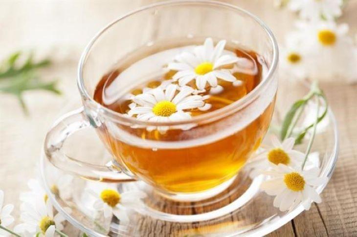 Dùng trà hoa cúc để làm dịu họng, giảm ho do amidan