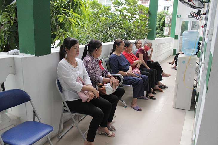 Nhiều người bệnh đến thăm khám và đánh giá rất tốt về phương pháp điều trị của bác sĩ Lê Phương
