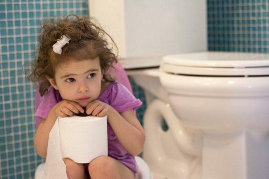 Bệnh trĩ ở trẻ em xuất hiện do chế độ ăn uống sai cách