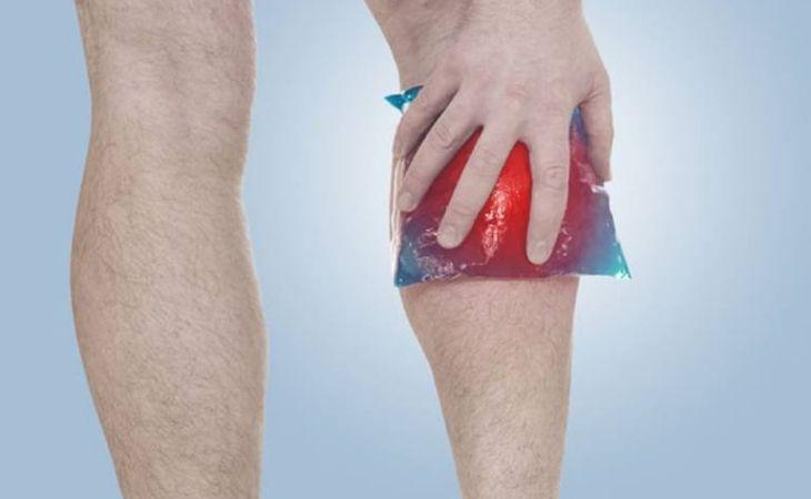 Chườm đá giúp giảm đau và ngăn ngừa sưng khớp gối