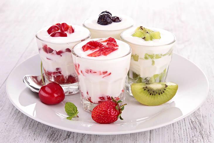 Ăn sữa chua không đường là cách chữa khí hư có mùi hôi tại nhà chị em nào cũng có thể thực hiện