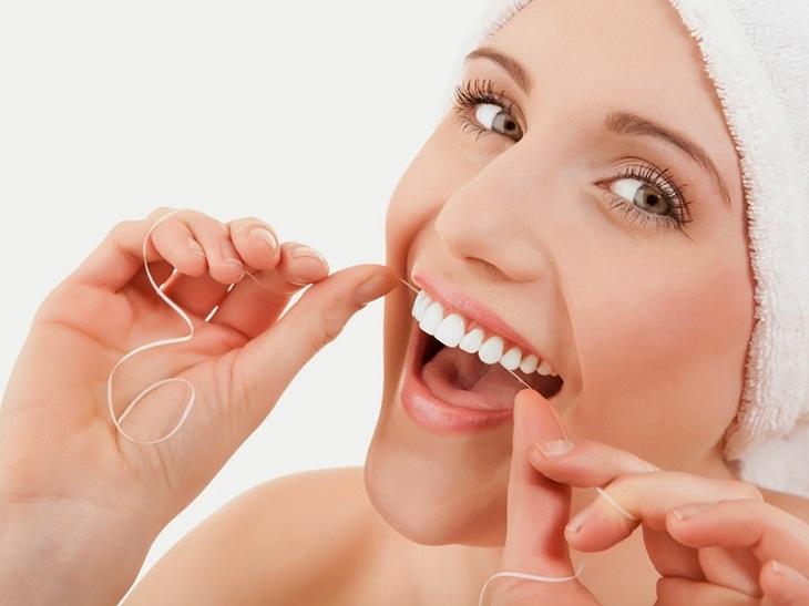 Dùng chỉ nha khoa để làm sạch răng