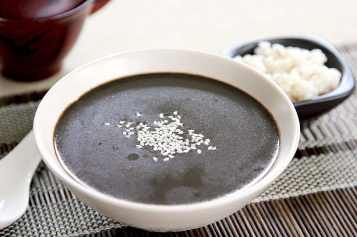 Nấu cháo vừng đen ăn giúp cải thiện triệu chứng đại tràng