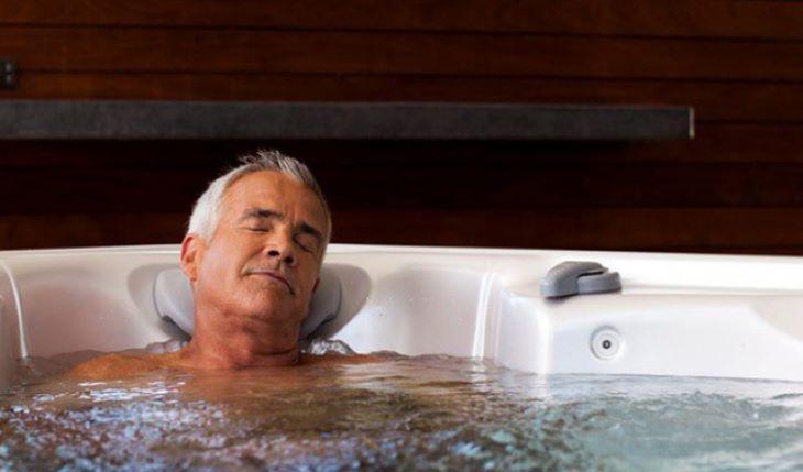 Xông hơi với nước nóng cũng sẽ giúp cải thiện triệu chứng của bệnh đáng kể