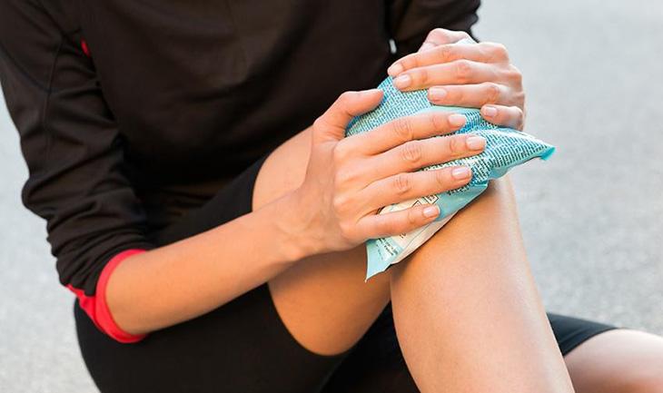 Chườm lạnh giúp giảm cảm giác đau ở khớp