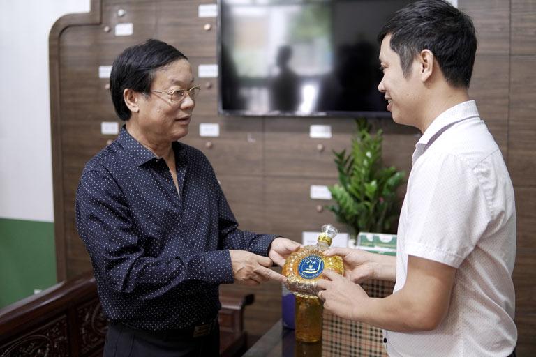 Nghệ sĩ Phú Thăng lựa chọn đông trùng hạ thảo Vietfarm là món quà bồi bổ sức khỏe