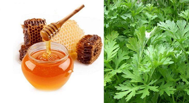 Ngải cứu có thể pha mật ong để uống hoặc đắp trực tiếp lên vùng bị đau