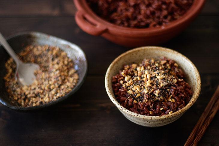 Thơm ngon cơm muối mè gạo lứt chữa bệnh thoái hóa khớp