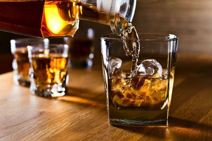Rượu, bia và đồ uống có cồn là những thực phẩm cần tuyệt đối hạn chế cho người bị viêm đại tràng co thắt