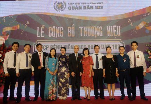 Ban lãnh đạo bệnh viện Quân dân 102 chụp ảnh lưu niệm cùng các vị khách quý trong Lễ Khai trương