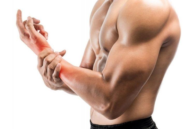 Chấn thương là một trong những nguyên nhân khiến khớp tay bị khô