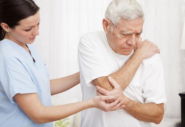 Bệnh thường gây ra những cơn đau ở vùng đầu xương như khuỷu tay, cổ tay, đầu gối