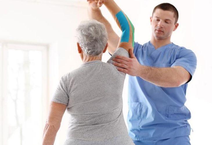 Người cao tuổi tập vật lý trị liệu cần có sự giám sát của chuyên gia
