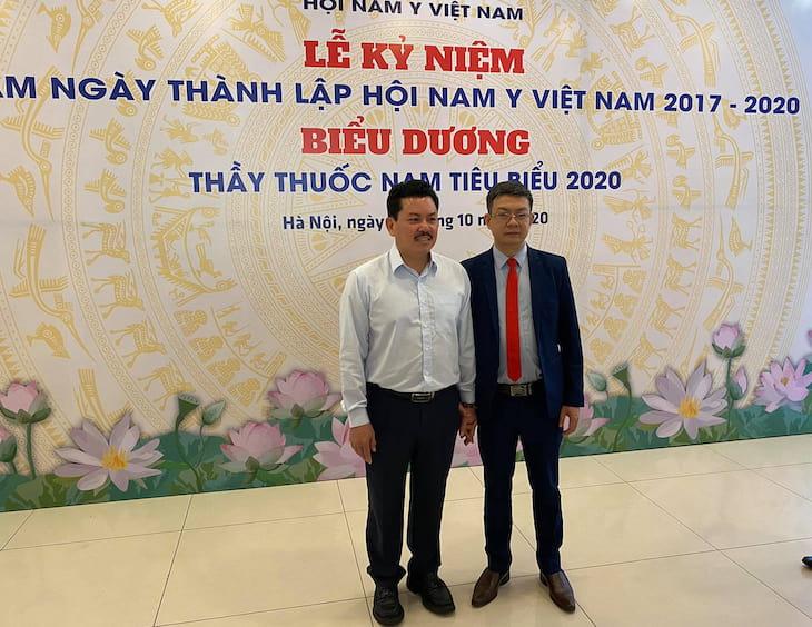 Thầy thuốc Đỗ Minh Tuấn (bên phải) và Lương y Võ Hoàng Yên (bên trái) trong sự kiện