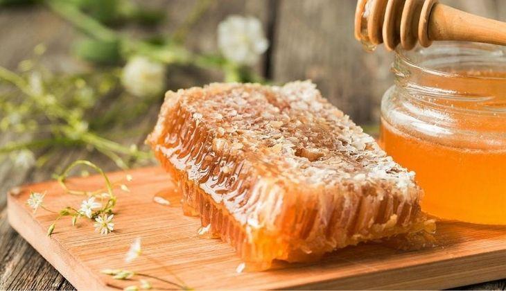 Mật ong điều trị mụn trứng cá dưới cằm