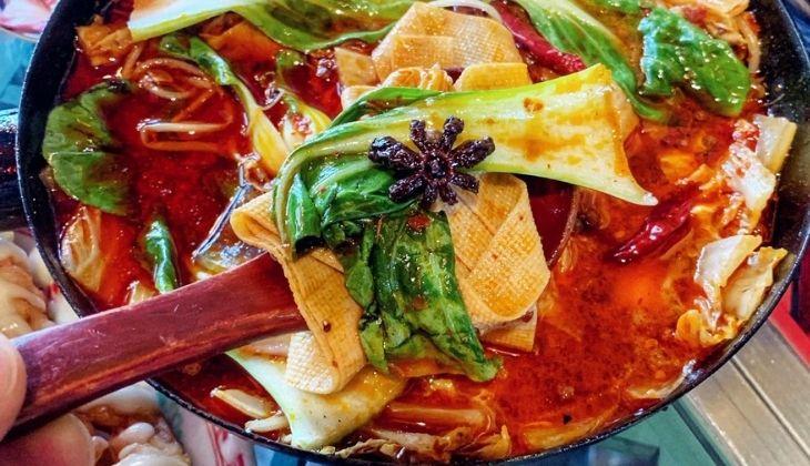 Đồ ăn cay nóng làm vết nhiệt miệng nặng hơn