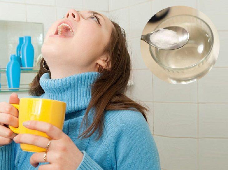 Súc miệng bằng nước muối hàng ngày có thể giúp giảm bã đậu amidan