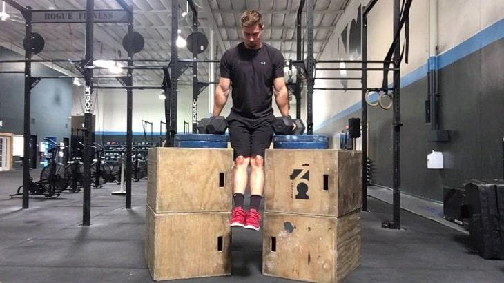 Bài tập gym tại nhà - Hít xà kép bằng hộp gỗ