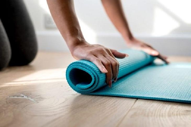 Trước khi tập gym tại nhà, bạn cần chuẩn bị thảm tập có độ dày phù hợp