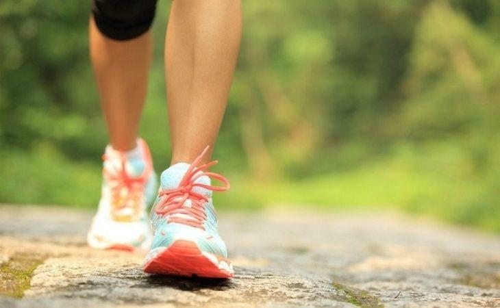 Thoái hóa khớp gối gây đau đớn khi đi lại nên nhiều người băn khoăn không biết bị thoái hóa khớp gối có nên đi bộ không