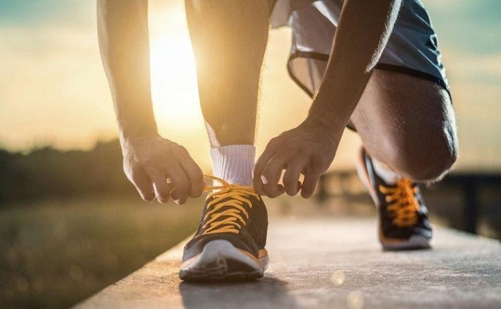 Thoái hóa khớp gối có nên đi bộ không, chọn giày sao cho phù hợp?
