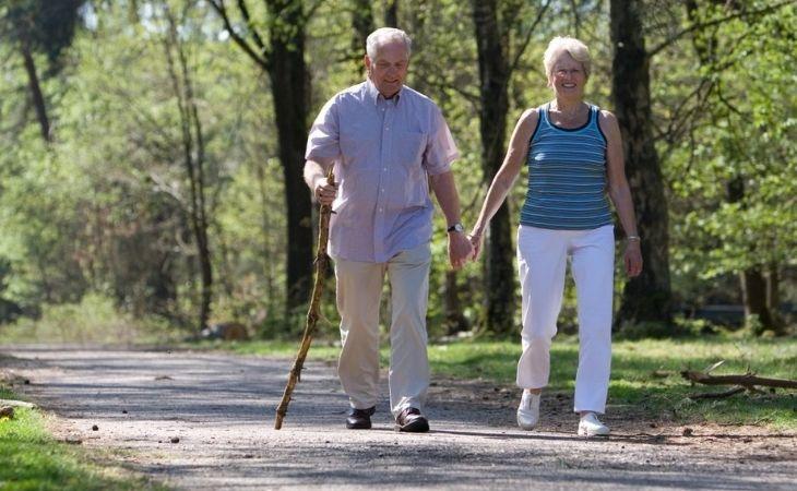Thời điểm phù hợp nhất để đi bộ cho người thoái hóa khớp gối là sáng sớm hoặc tối trước khi đi ngủ
