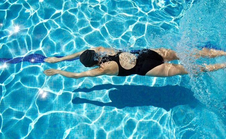 Bơi lội là môn thể thao rất tốt cho những người bị thoái hóa khớp gối