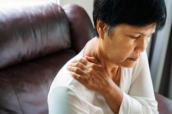 Thoái hóa khớp vai thường xuất hiện ở người cao tuổi