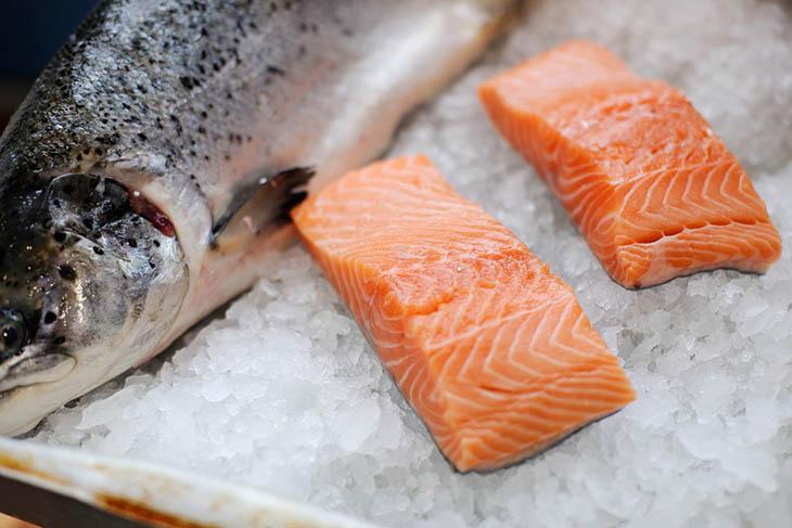 Thoát vị đĩa đệm nên ăn nhiều cá hồi