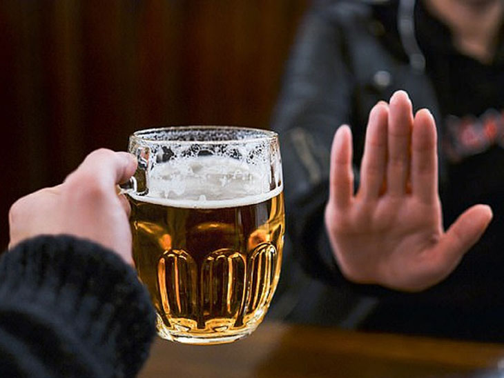 Hạn chế uống rượu bia giúp cải thiện bệnh thoát vị đĩa đệm