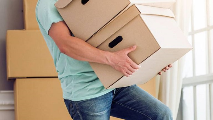 Mang vác nặng ảnh hưởng đến cột sống, gây thoát vị đĩa đệm