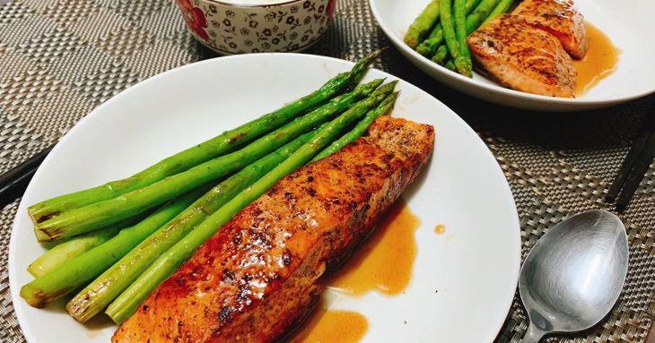 Vào buổi tối món cá hồi nấu măng tây sẽ giúp người bệnh đổi vị sau cả ngày ăn kiêng