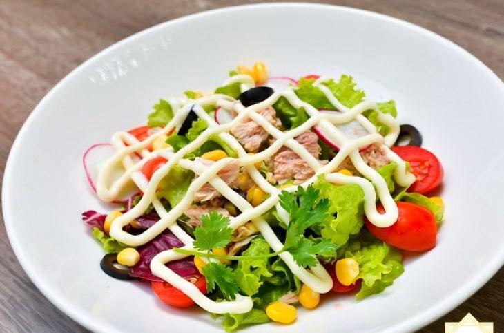 Salad rau trộn vừa giúp dễ ăn lại bổ sung chất dinh dưỡng cần thiết cho hoạt động hàng ngày của cơ thể