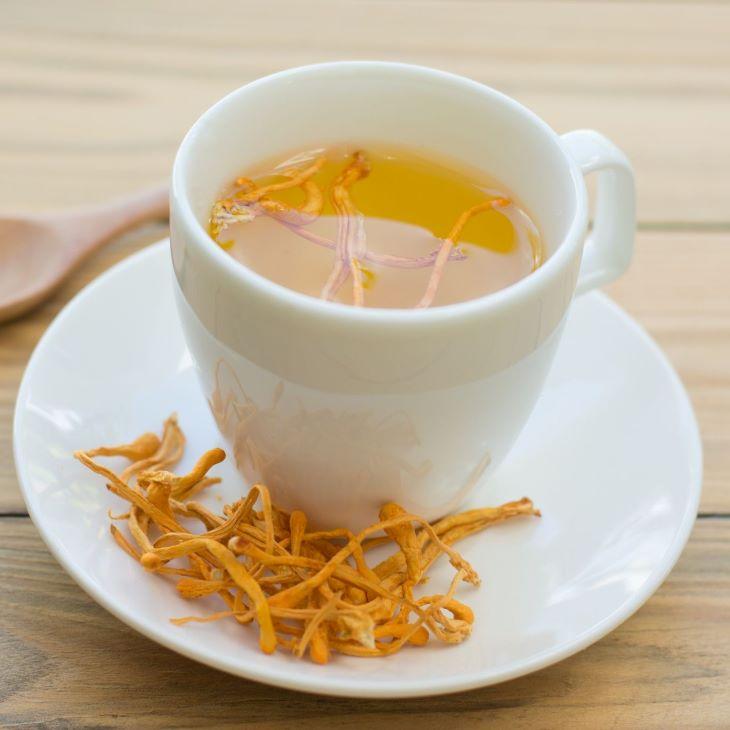 Trà đông trùng hạ thảo khô cũng là thức uống được nhiều người lựa chọn