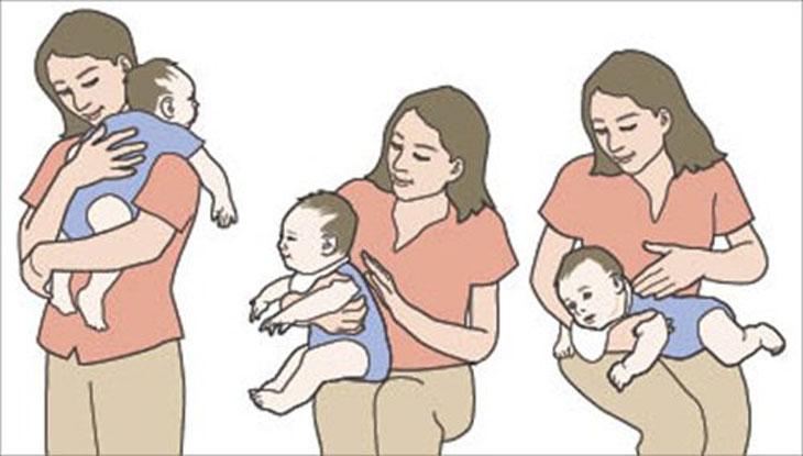 Tư thế vỗ ợ hơi giúp cho bé giảm trào ngược dạ dày